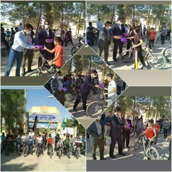 رکاب زنی دوچرخه سواران به مناسبت هفته دفاع مقدس در حاجی آباد